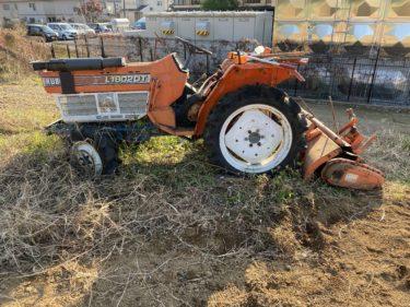 2020年11月17日(火)の作業記録 (斉藤さん畑の上の畑にほうれん草の播種作業、廃棄トラクターのパーツを集めまとめて片付けて置く作業、除草作業)